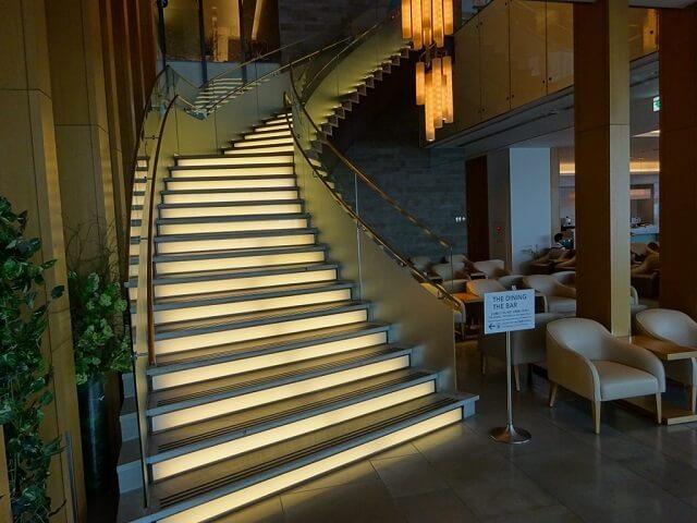 ダイニングエリアへの階段
