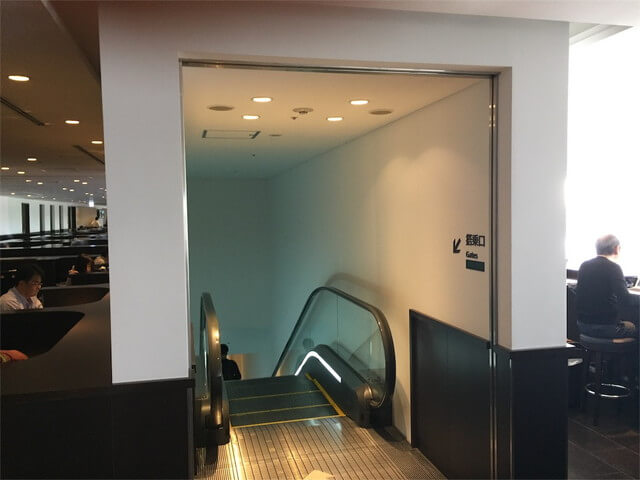 羽田空港サクララウンジの出口