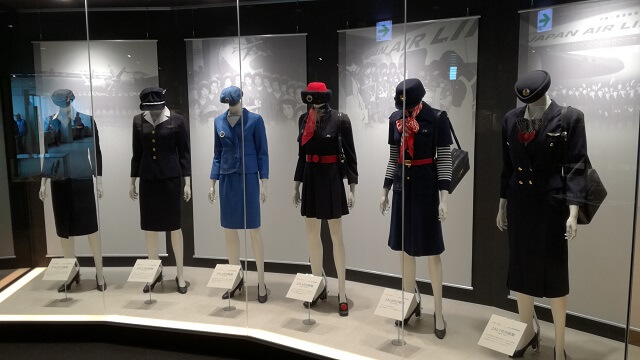JALの歴代キャビンアテンダントの制服展示