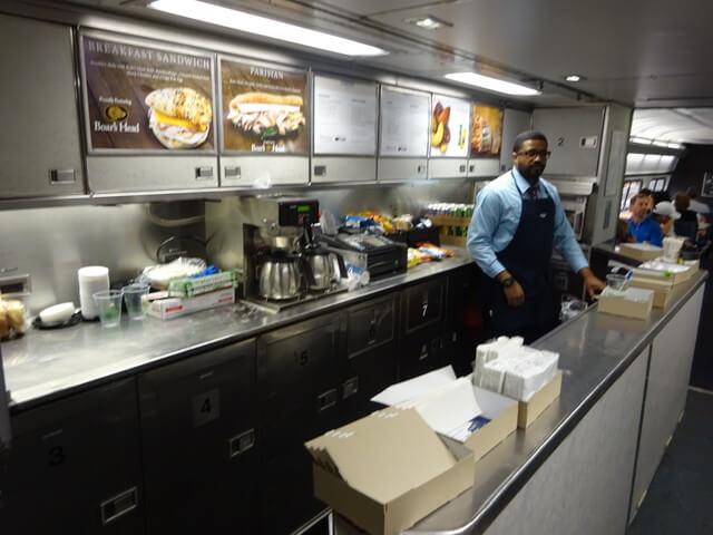 食堂車も設置されている